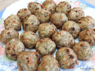 Chiftelute din carne de porc reteta traditionala de casa chiftele cu ceapa oua usturoi paine marar cimbru piper faina prajite in ulei retete mancare aperitiv gustare,