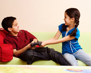 9 Trik Atasi Pertengkaran Antara Kakak & Adik