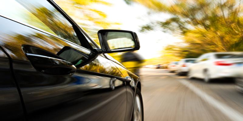Carro em movimento na rua