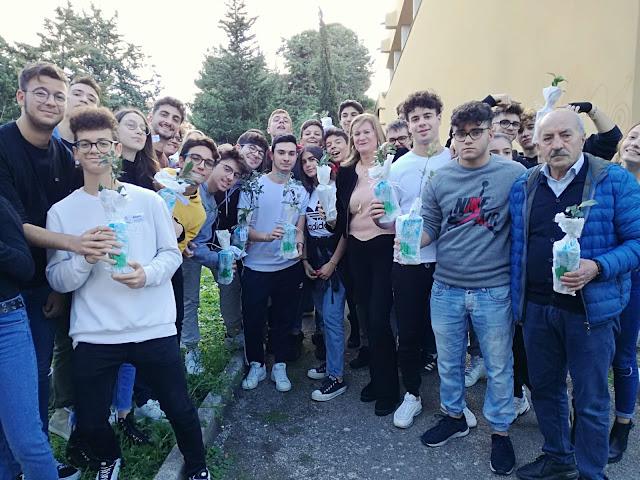 """Foggia. Liceo Scientifico """"A. Volta"""", gli studenti del liceo piantano alberi nel cortile scolastico, un modo per educare, curare e rispettare l'ambiente"""