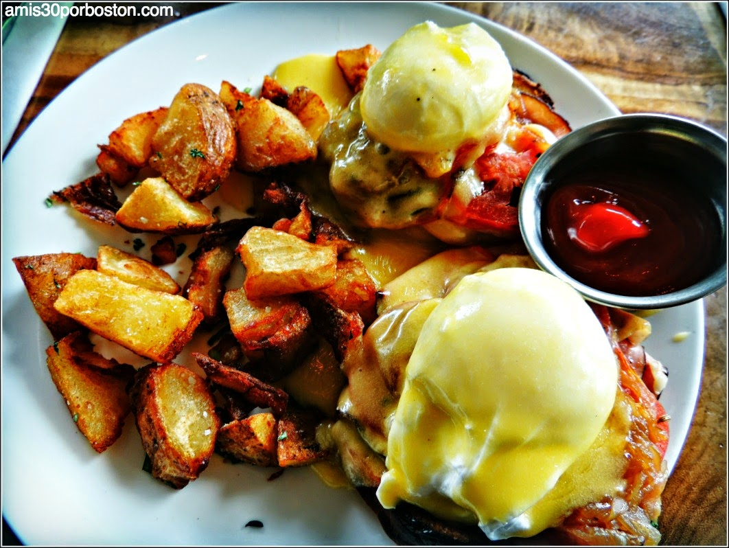 Mission Beach Cafe: Hollandaise Benedict eggs, potatoes