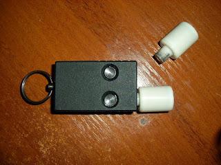 Компактный двухствольный стреляющий механизм для 15-мм сигнальных патронов в виде брелка