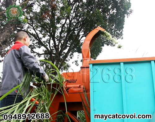 Kỹ thuật viên đang vận hành Máy băm cỏ di động chạy xăng 3A