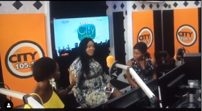Tiwa Savage Kneel Down To Greet OAP VJ Adams After Been Insulted (VIDEO)