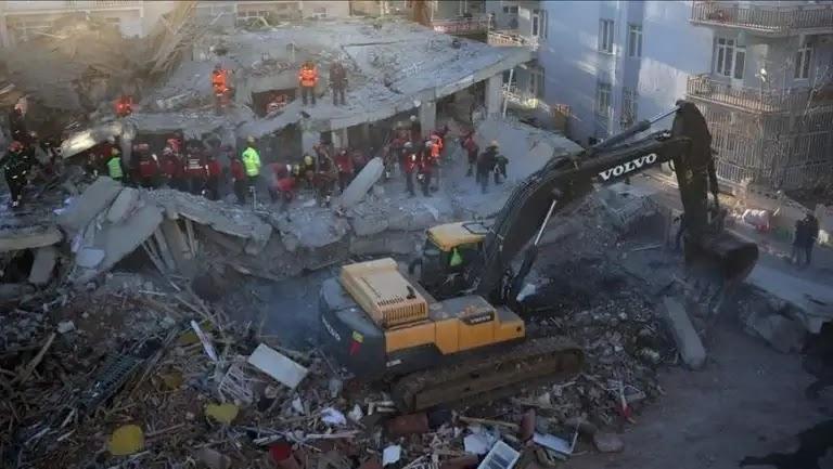 A violent earthquake shakes Japan .. Do authorities warn of a tsunami?