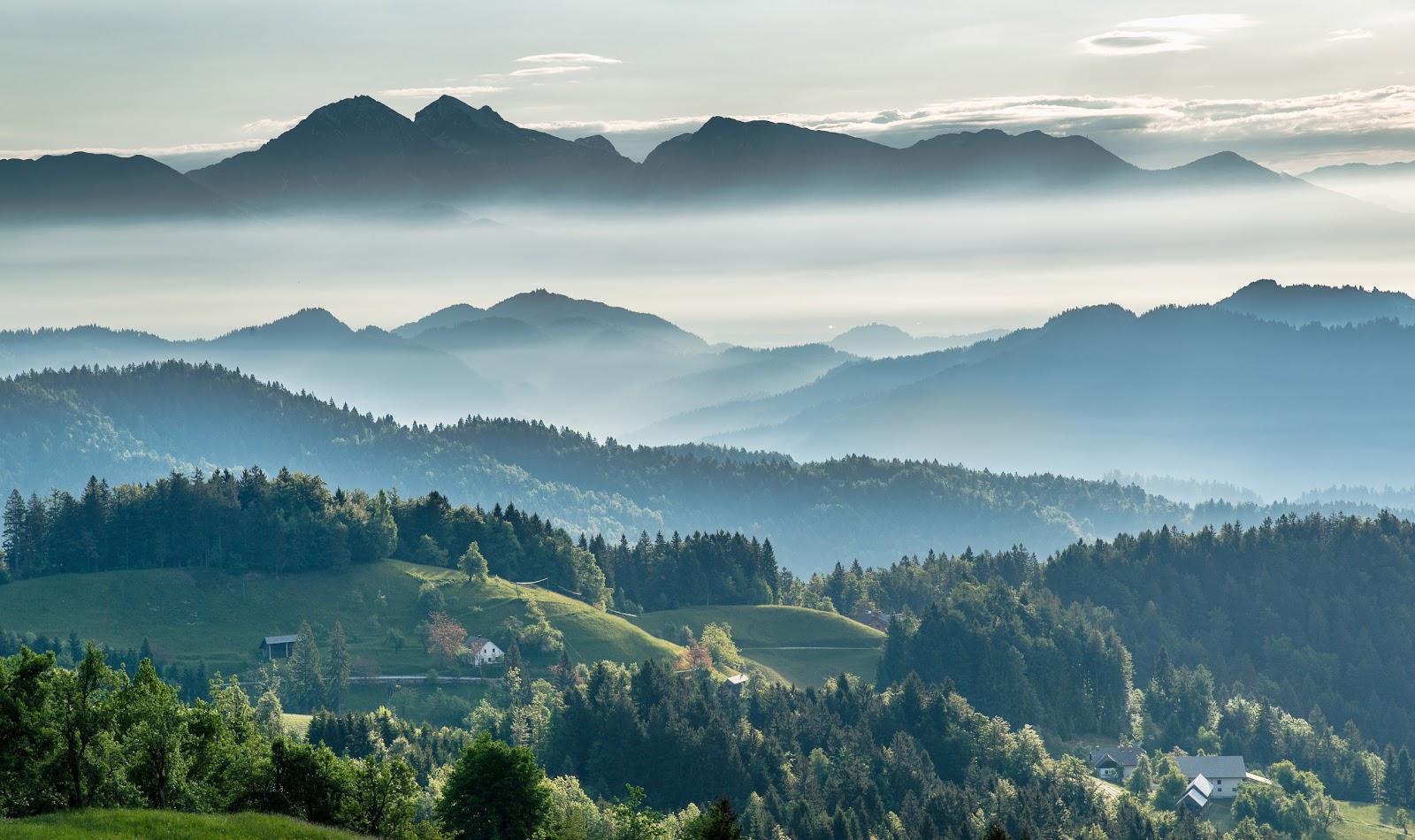 朝の風景:美しい秋の教会