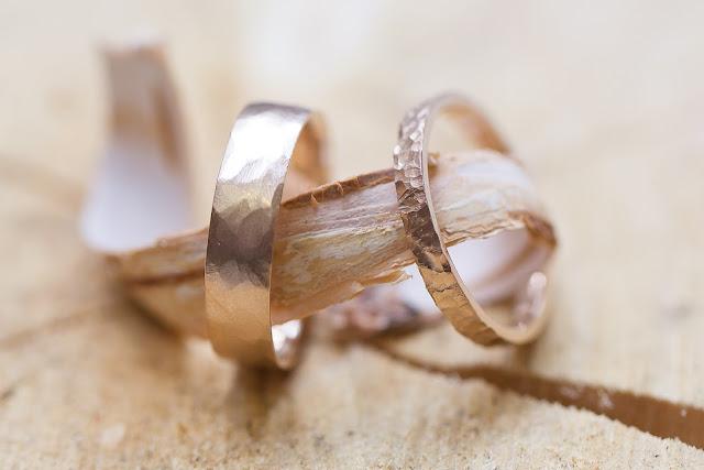 Elegir las alianzas de la boda es otro de las cosas importantes - Foto: www.paulette-a-bicyclette.com