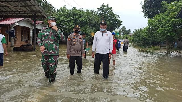 Dandim 1001/Amuntai Menyisiri Banjir Untuk Membagikan Makanan Siap Saji Bagi Warga Terdampak Banjir