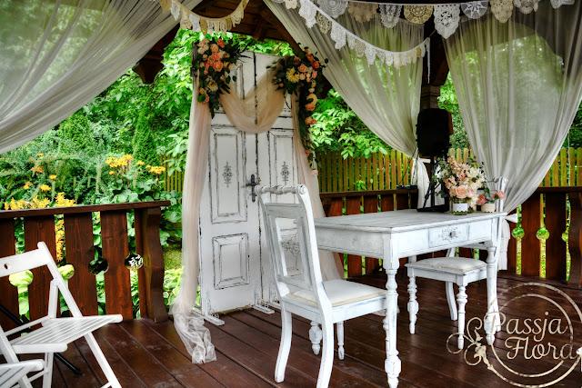 Stare drzwi jako motyw ozdobny ślubu w plenerze.