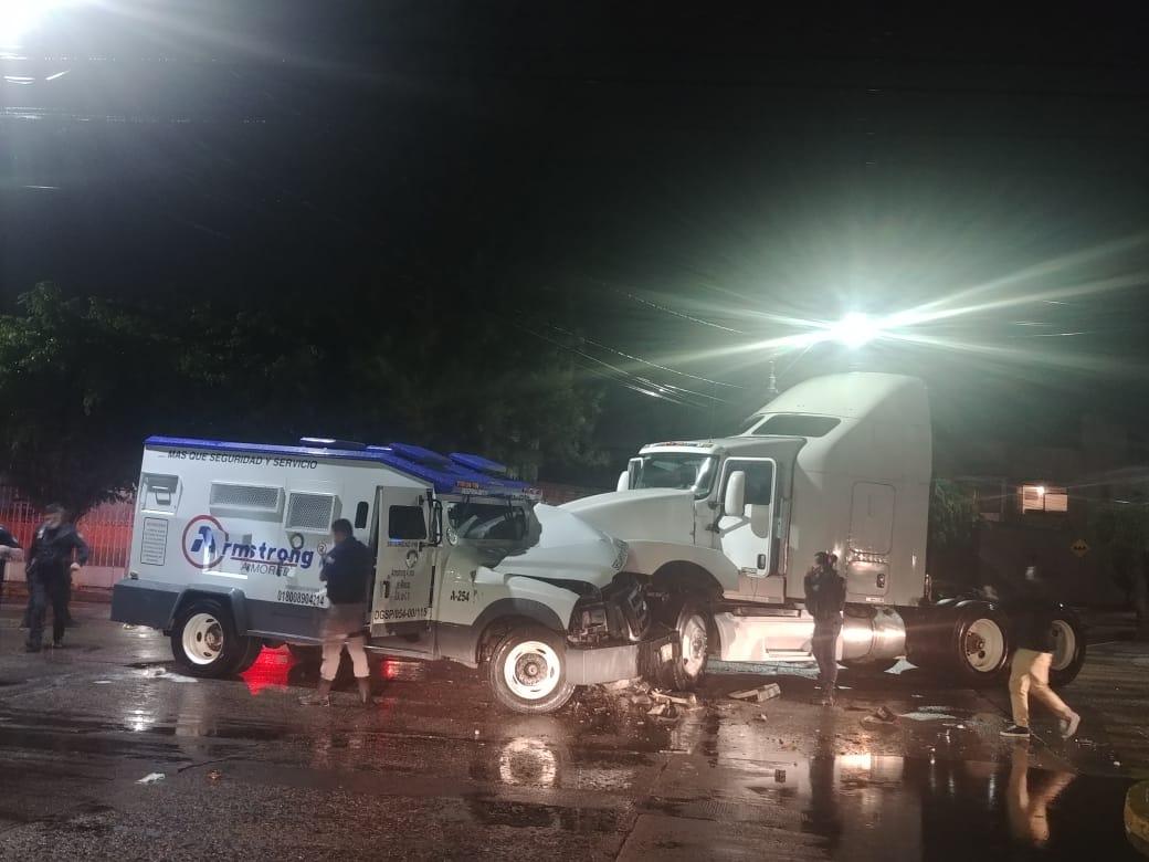 ¡De película! Comando armado roba millones a camioneta de valores en León, los chocaron con un trailer