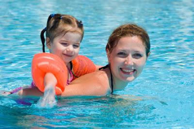 Khi nào lên cho bé học bơi?