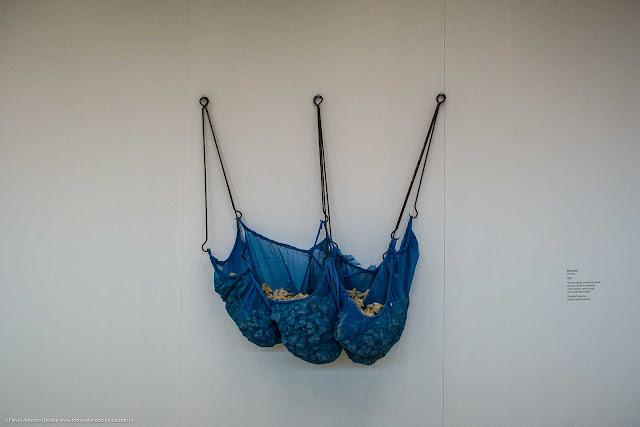 """Instalação na exposição """"Mestre de Obras"""", do artista Ivens Machado"""