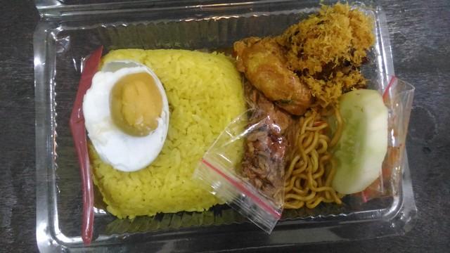 Nasi kuning dalam mika