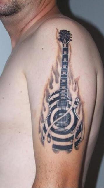 tatuaje guitarra llamas fuego