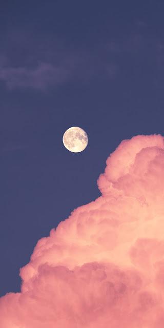 Mặt trăng tròn giữa bầu trời màu hồng đầy lãng mạn