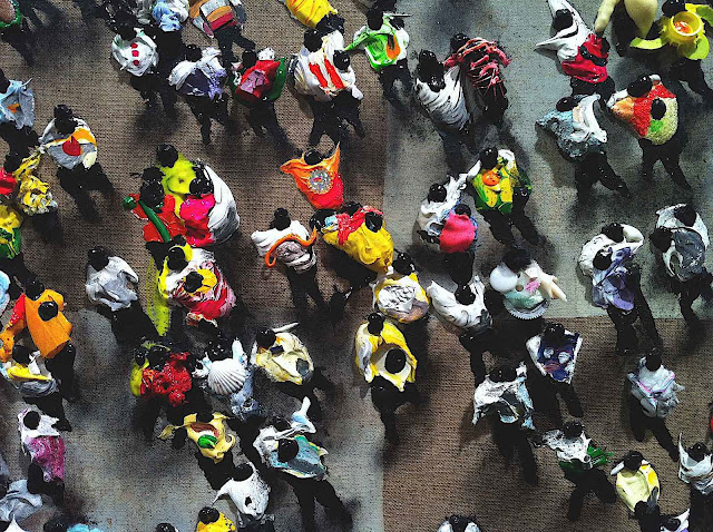 Juan Genovés art, close up of a crowd from above