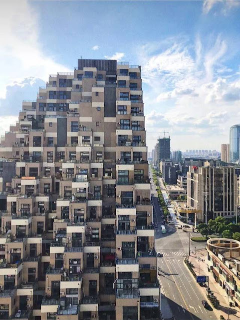 """""""Parkour, một hoạt động mạo hiểm được giới trẻ Trung Quốc yêu thích cũng là niềm cảm hứng hình thành nên tòa nhà"""", vị kiến trúc sư thiết kế công trình cho biết thêm."""