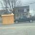 Il pousse un cabanon en pleine rue avec son pick-up!