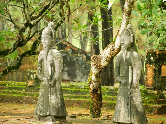 Patio de honor y figuras de mandarines - Tumba de Tu Duc, Hue en Vietnam
