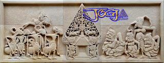 Relief sebuah gambar timbul motif Wayang pendawa lima dan punokawan di buat dari batu alam paras jogja (Batu putih)
