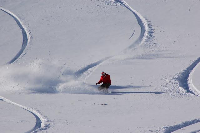 zjazd na snowboardzie w głębokim śniegu