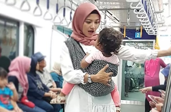 Akѕі Tina Tаlіѕа Nаіk MRT Sambil Berdiri dаn Gendong Anаk