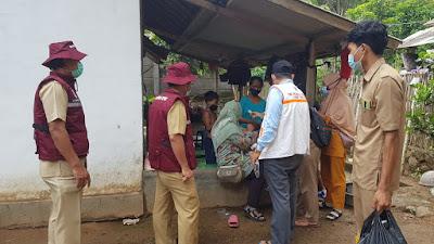 TGC saat meninjau kondisi kesehatan korban banjir