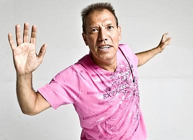 Foto de Raúl Romero extendiendo los brazos