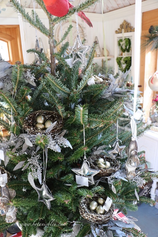 Finding a real bird's nest in my Christmas tree was the inspiration for decorating it with silver bird's nests.