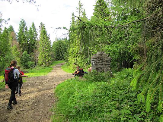 Hala Malinowa. Z prawej widać obelisk poświęcony walkom partyzanckim.