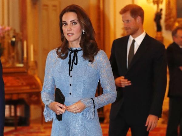 Kate Middleton em vestido de renda na sua primeira aparição em público desde o anúncio da sua terceira gravidez