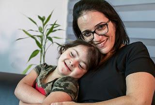 """הרבה משפחות נפלו כמוכם"""". גיטל סעדה ובתה יהלי (צילום: אלעד גרשגורן)"""