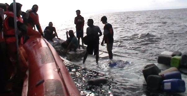 Tim SAR Selamatkan 7 Awak KM. Nurul Jaya Yang Tenggelam 17 Mil Sebelah Barat Pulau Selayar