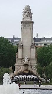 La Fuente, a los pies de la Literatura, con los escudos de las naciones.