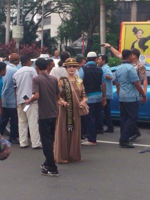 Heboh Muncul Sosok Wanita Misterius Saat Demo Sopir Taksi