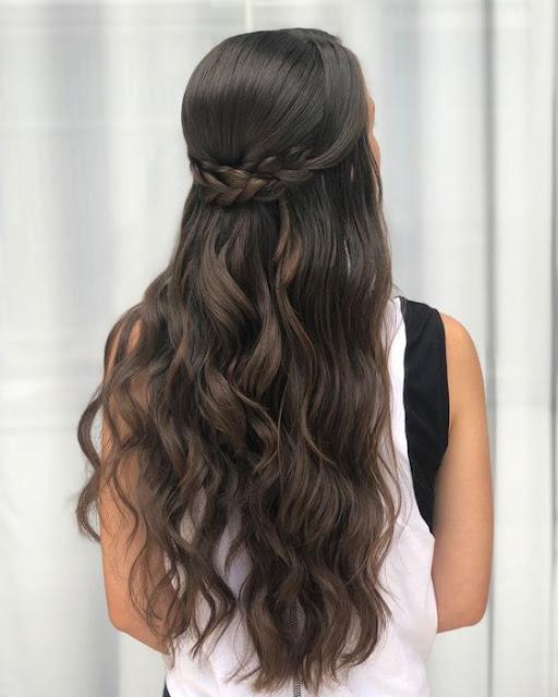 Não é todo mundo que sabe fazer um bom penteado, mas é possível você aprender a fazer penteados incríveis que são super fáceis de aprender. Penteados práticos, rápidos e fáceis são maravilhosos, porque podemos fazer sozinha em poucos minutos e não é difícil garantir um visual incrível. Penteados simples podem ser usados no dia a dia ou em outras ocasiões, é só acrescentar algum detalhe ao look para transformar um penteado simples em algo elegante. Os penteados de trança são conhecidos no mundo inteiro por serem práticos e servir para qualquer tipo de cabelo e combina com qualquer estilo. Já os penteados soltos combinam muito com cabelo liso, já que os fios são um pouco mais finos, porém os cabelos cacheados também ficam ótimos e charmosos com penteados que deixam os cachos soltos.