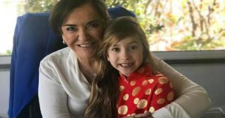 Η Ντόρα Μπακογιάννη γιορτάζει και κρατά αγκαλιά τη συνονόματη εγγονή της