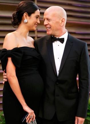 Foto de Bruce Willis muy elegamte con Emma Heming