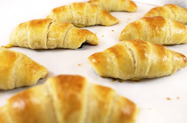 Easy, 30 Minute Chocolate Croissants #desserts #chocolate