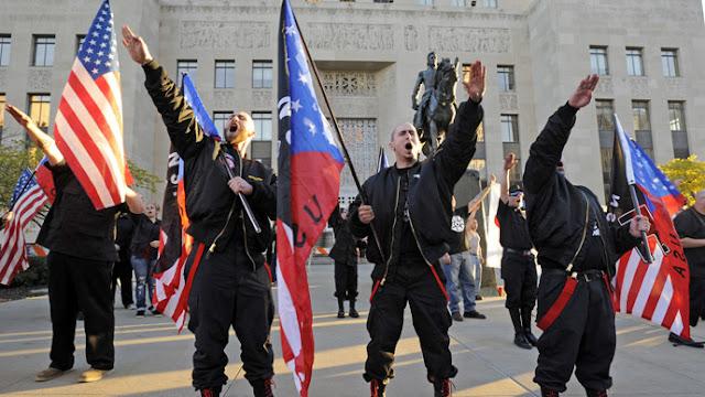 O governador da Virgínia declarou na tarde deste sábado (12) estado de emergência em Charlottesville, após a cidade, localizada a 160 quilômetros de Washington, ter presenciado a maior manifestação de extrema-direita dos últimos anos nos EUA.