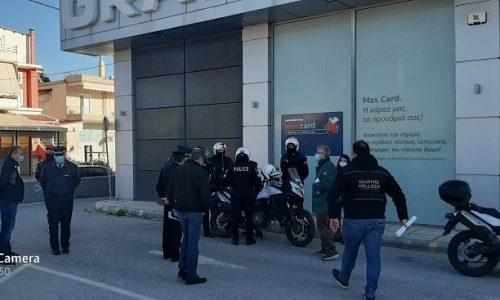 Πρόστιμα σε συνδικαλιστές σωματείων που είχαν συγκεντρωθεί έξω από σούπερ μάρκετ της Πρέβεζας επέβαλλε νωρίτερα σήμερα η τοπική αστυνομία.