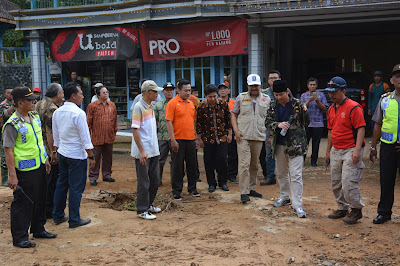 Bupati Trenggalek Dampingi Wakil Gubernur Jatim Tinjau Pembersihan Akses Jalan Kampak-Munjungan