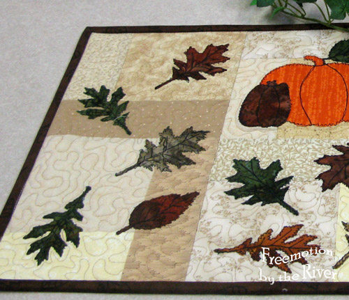 Free motion quilted table runner for Thanksgiving