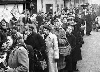 URSS: fila di persone in coda per fare acquisti.
