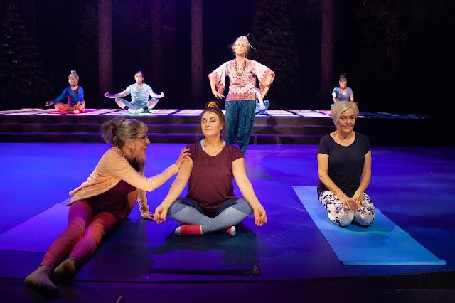 Hot jooga näytelmässä Vihainen leski Helsingin kaupunginteatterissa