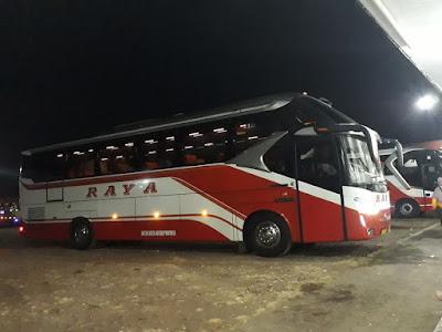 Foto Bus Raya Malam Hari di Rumah Makan