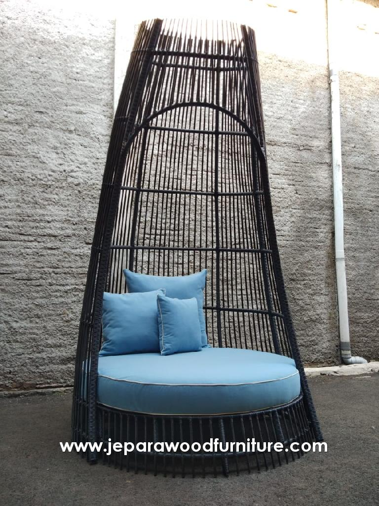 Outdoor Daybed With Aluminum Frame and Wicker