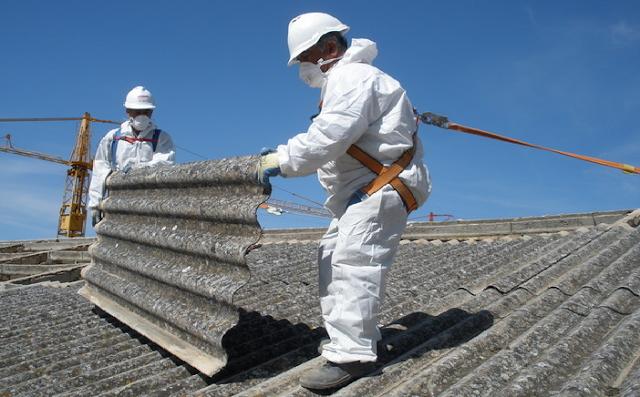 Trabajadores retiran uralita con amianto