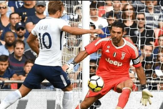 Gianluigi Buffon berhadapan satu lawan satu dengan penyerang  Tottenham Hotspur Herry Kane