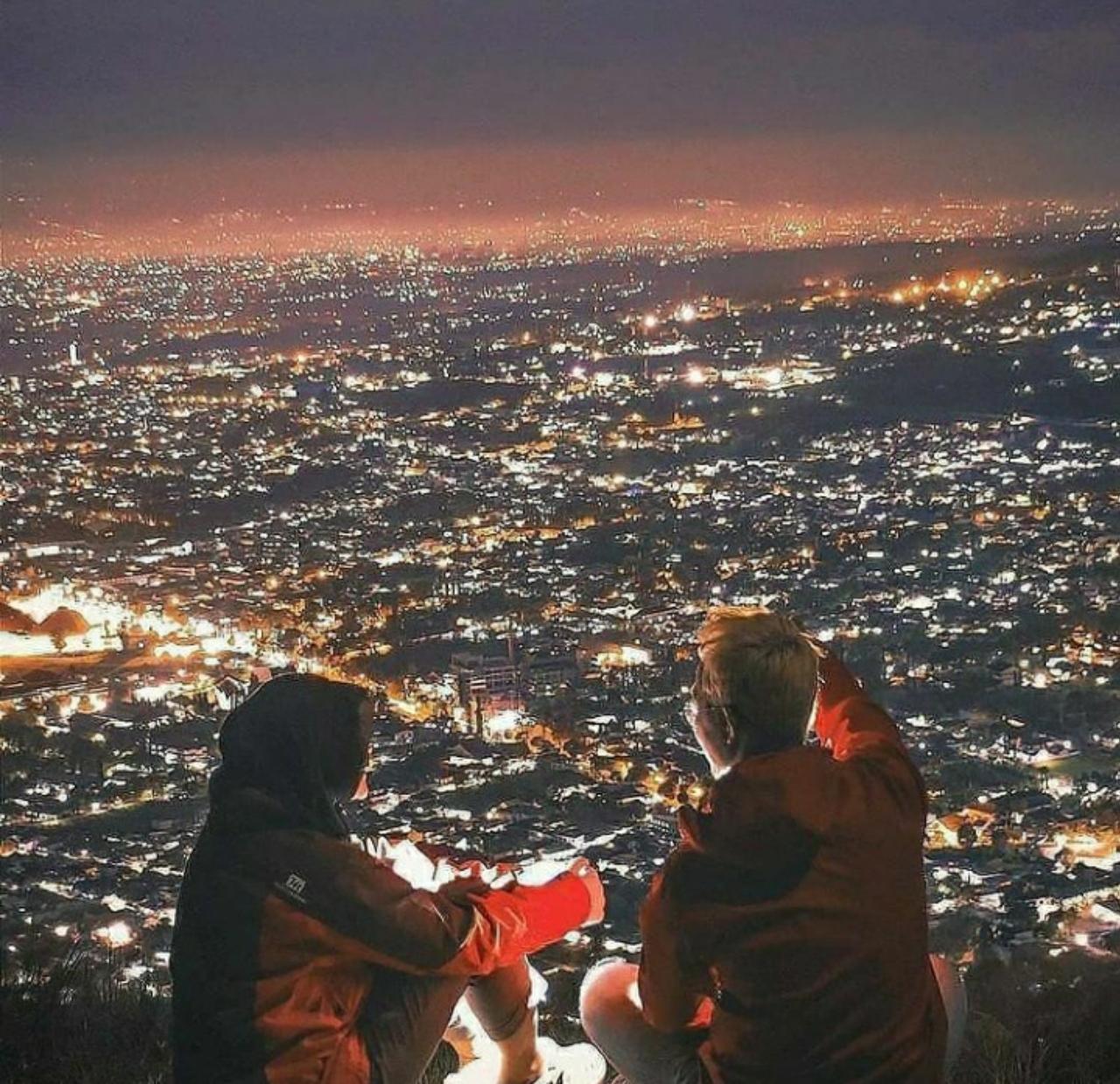 keindahan wisata paralayang saat malam hari